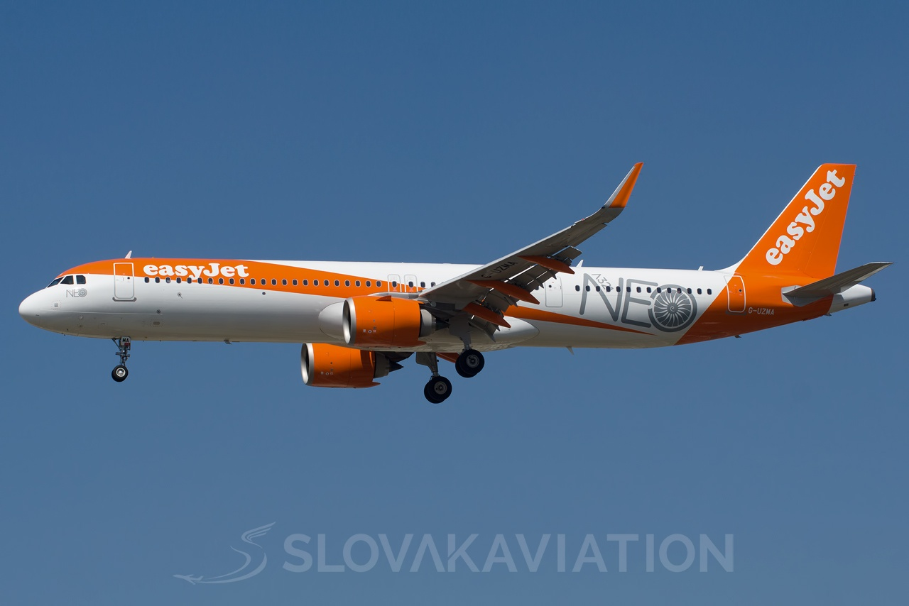 EasyJet Airline Airbus A321 G-UZMA